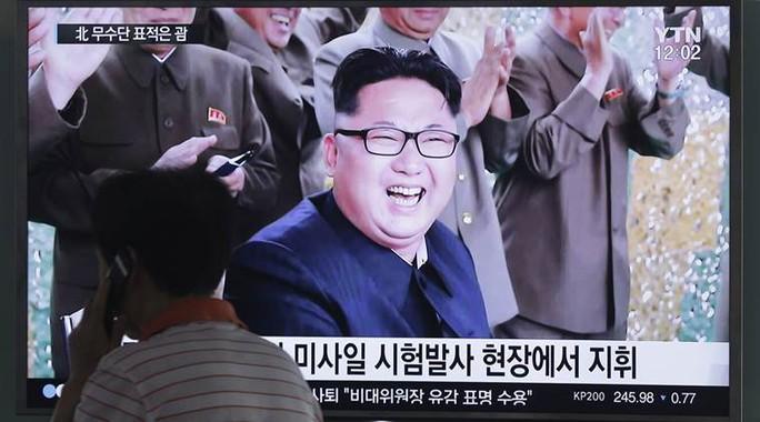 Lãnh đạo Triều Tiên Kim Jong-un đích thân giám sát đợt thử tên lửa hôm 19-7. Ảnh: Indian Express