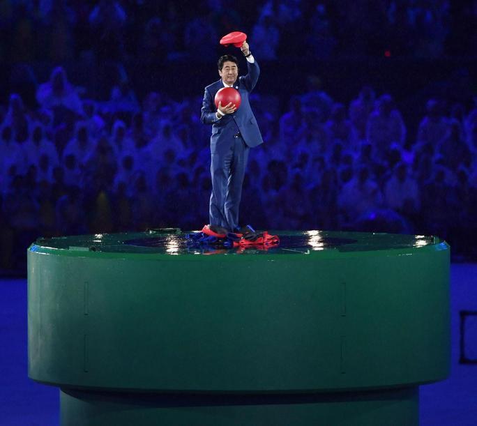 Thủ tướng Nhật Bản Shinzo Abe xuất hiện từ trong ống nước