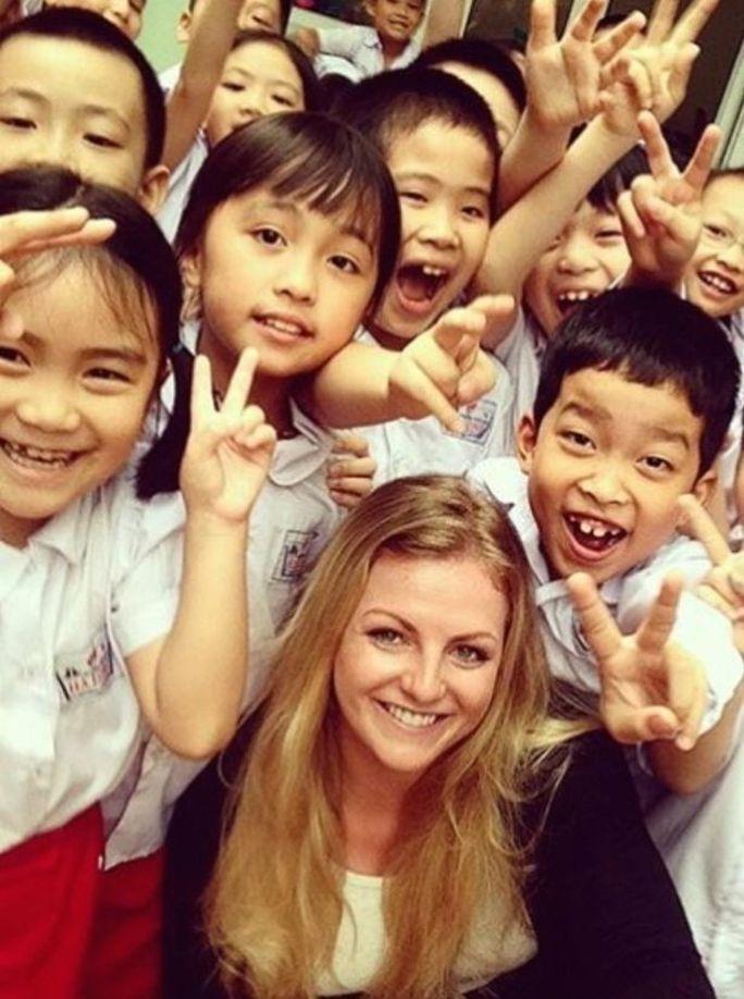 Stephanie Inglis và các học sinh Việt Nam