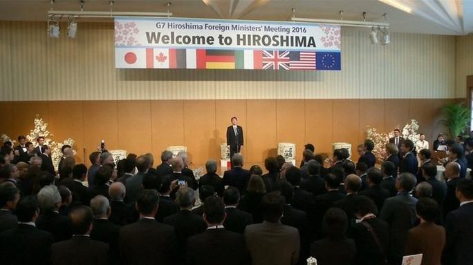 Ngoại trưởng Nhật Bản Fumio Kishida chào đón những người đồng cấp. Ảnh: RTV