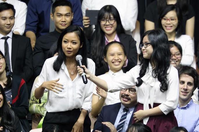 Tổng thống Obama đã đề nghị rapper Suboi hát một đoạn rap ngắn và nữ nghệ sĩ trẻ đã gây ấn tượng mạnh. Ảnh: Hoàng Triều