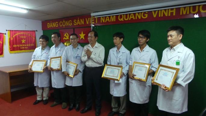 Bác sĩ Tăng Chí Thượng (giữa) tặng bằng khen của Sở Y tế cho các y - bác sĩ Bệnh viện quận Thủ Đức