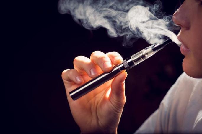 Hơi nước trong thuốc lá điện tử chứa các thành phần siêu nhỏ phá hủy tế bào da trong miệngẢnh: Medical New Today