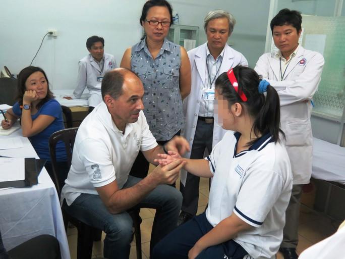 Một bệnh nhân bị yếu liệt, teo nhỏ cánh tay do sang chấn lúc sinh 16 năm trước được các bác sĩ của Bệnh viện Union - Saint Jean (Pháp) cùng Bệnh viện Chỉnh hình và Phục hồi chức năng TP HCM thăm khám