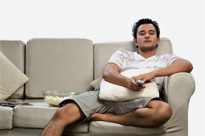Ngồi xem truyền hình quá nhiều ảnh hưởng xấu đến sức khỏe tim mạch Ảnh: MNT