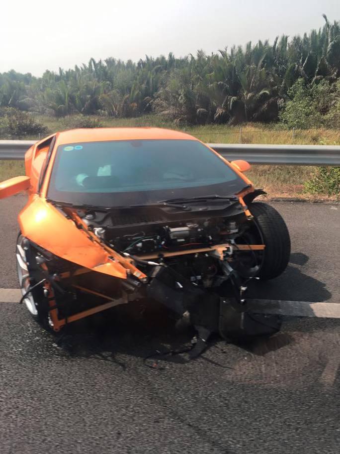 Chiếc xe hư hại nặng cả phần đầu và đuôi