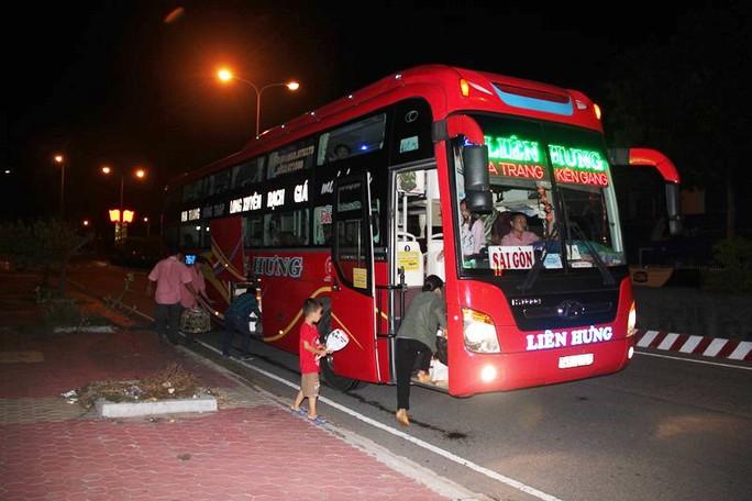 Sau vụ việc, nhiều hành khách phải tìm xe khác để vào TP HCM
