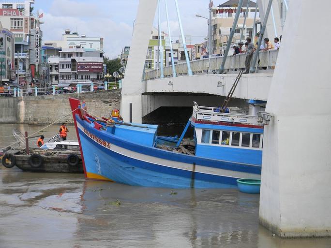 Lực lượng cứu hộ đang tìm cách giải cứu chiếc tàu cá bị mắc kẹt, nhưng chưa thể