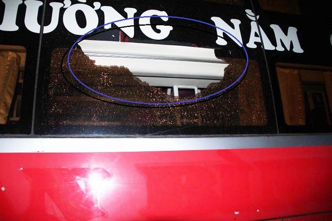 Một vị trí khách xe khách bị đập vỡ kính