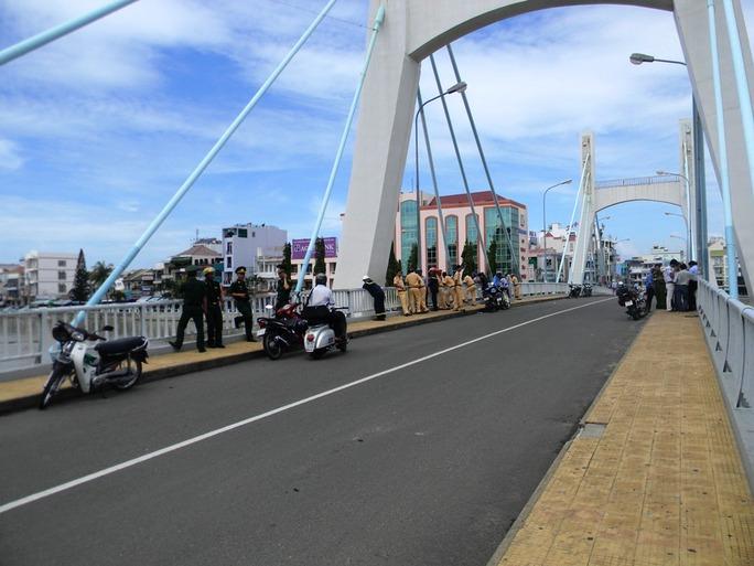 Cầu Lê Hồng Phong được phong tỏa để phục vụ công tác cứu hộ tàu cá