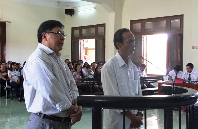 Ông Nguyễn Tài, nguyên Chủ tịch UBND huyện Đông Hòa(trái) và ông Huỳnh Ngọc Sương, nguyên Phó chủ tịch UBND huyện Đông Hòa tại phiên tòa