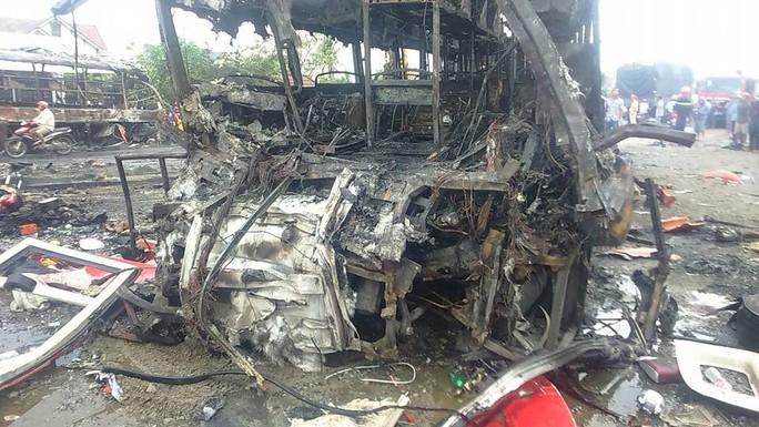 Tai nạn kinh hoàng trên QL1: 12 người chết