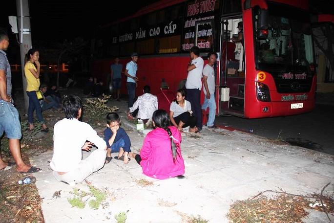 Nhà xe và hành khách được đưa về Công an huyện Tuy Phong (Bình Thuận) để lấy lời khai