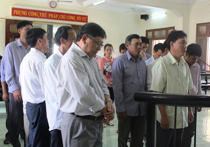 15 bị cáo nguyên là cán bộ, lãnh đạo huyện Đông Hòa ra tòa vì cố ý làm trái