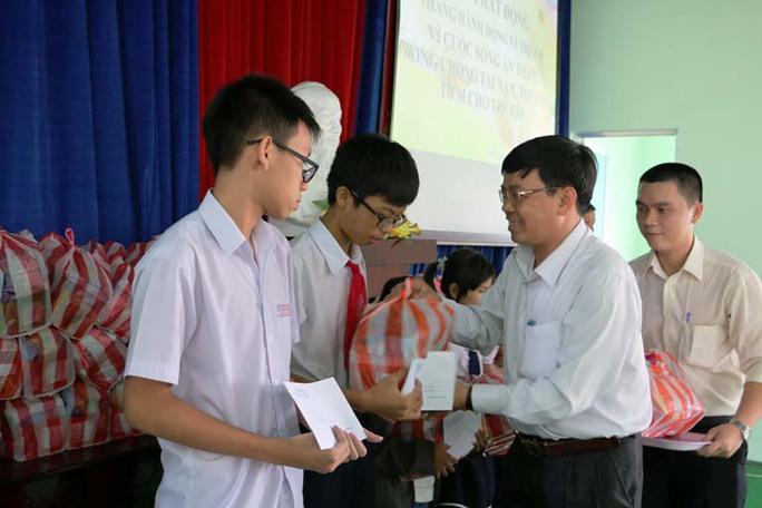 Đại diện LĐLĐ TP Nha Trang, tỉnh Khánh Hòa trao quà cho con CNVC-LĐ khó khăn Ảnh: Thái Tĩnh