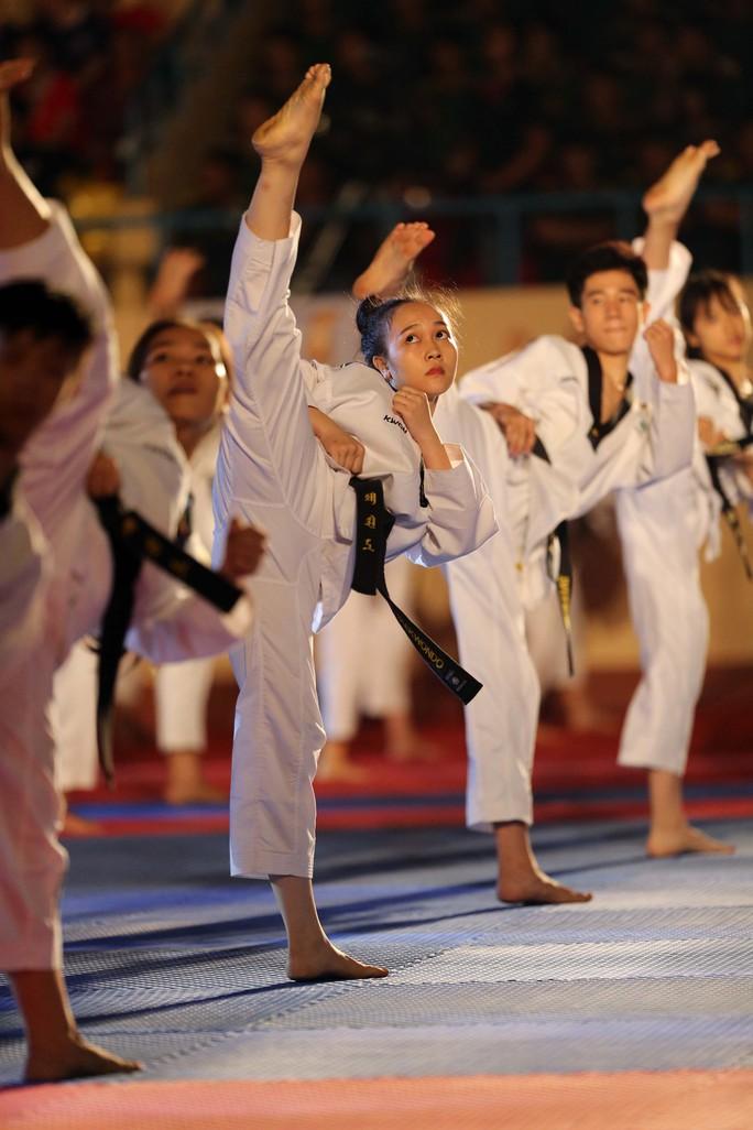 Các cô gái xinh đẹp taekwondo TP HCM trong bài đồng diễn
