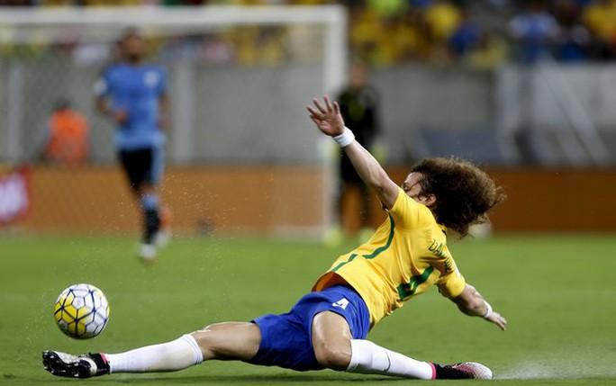 Luiz trong một cản phá bóng