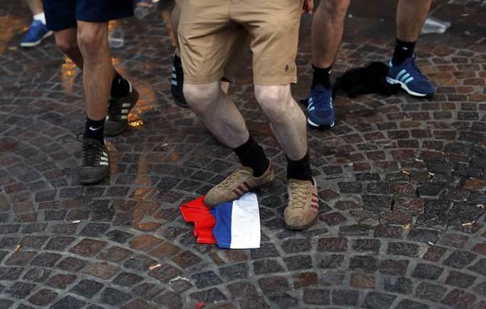CĐV Anh giẫm lên cờ của Nga trước trận Nga - Slovakia