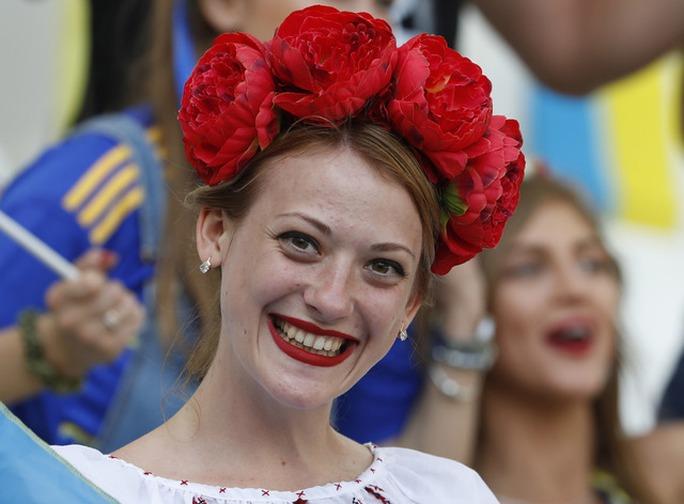 Fan nữ đọ sắc trận Ba Lan – Ukraine