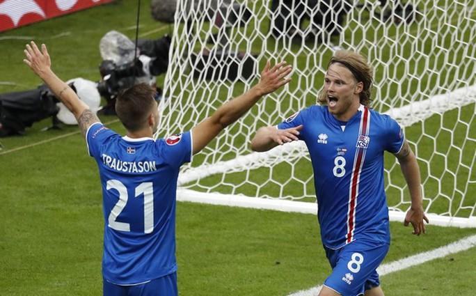 Traustason (21) ghi bàn ở phút 90+4 cho Iceland