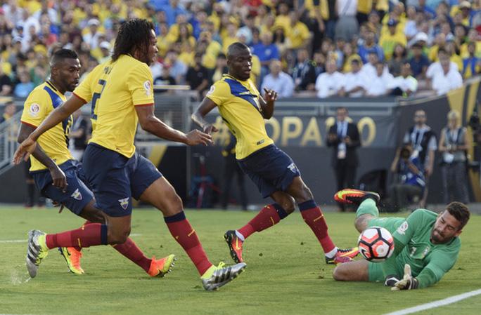 Một pha phản công của Ecuador khiến thủ môn Allison vất vả