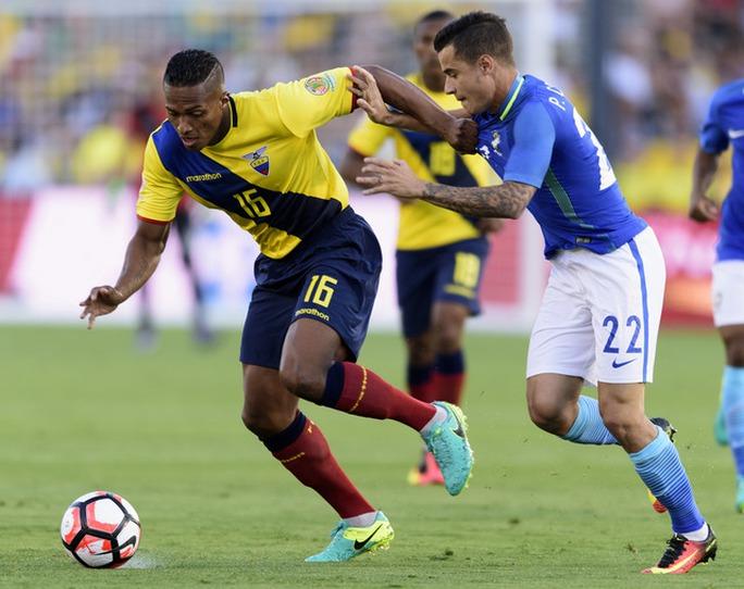 Coutinho trong một pha tranh bóng