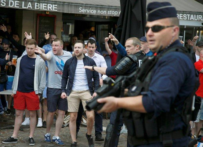 Cảnh sát ngăn một cuộc đụng độ giữa CĐV Anh, Xứ Wales với Nga