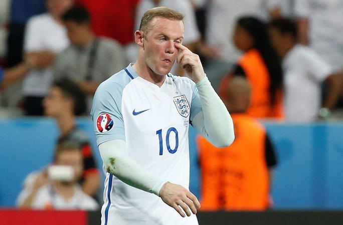 Rooney thất vọng rời sân