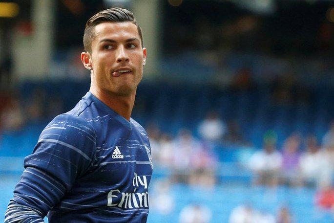 Ronaldo đáp trả Xavi sau khi bị chê dở hơn Messi
