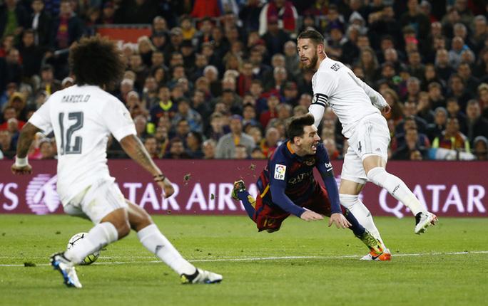 Ramos trong một pha vào bóng với Messi