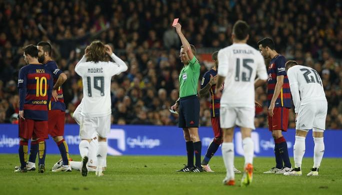 Ramos cuối cùng cũng bị đuổi sau nhều lần phạm lỗi thô bạo với các cầu thủ Barcelona