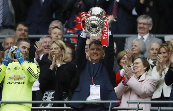 Van Gaal nhận tin buồn vài giờ sau khi đăng quang cúp FA cùng M.U