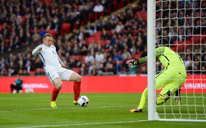 Rooney bỏ lỡ cơ hội dù đối mặt với thủ môn. Anh bị HLV Hodgson thay thế bằng Lallana trong hiệp 2