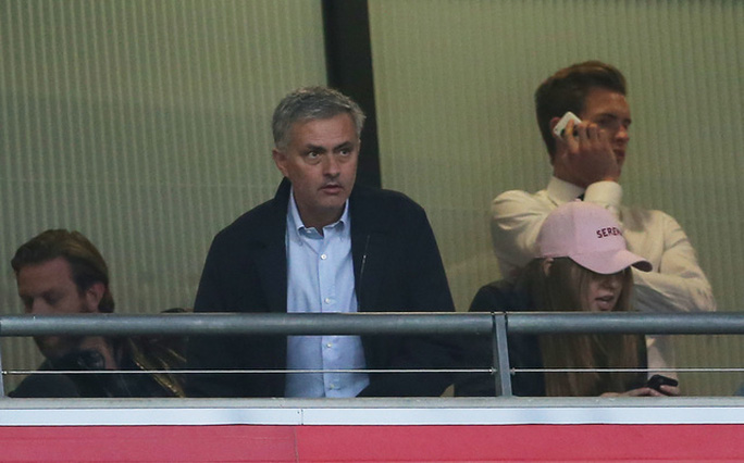Trên khán đài, HLV Mourinho có lẽ sẽ thất vọng khi xem học trò Rooney thi đấu