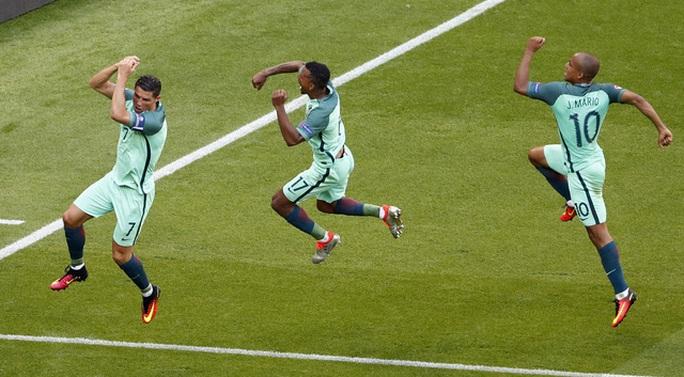 Niềm vui của Ronaldo và đồng đội sau bàn thắng gỡ hòa 3-3