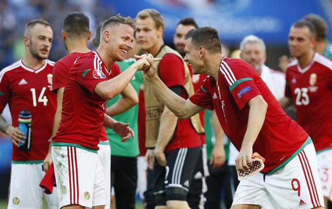 B. Dzsudzsák (trái) may mắn có được 2 bàn thắng