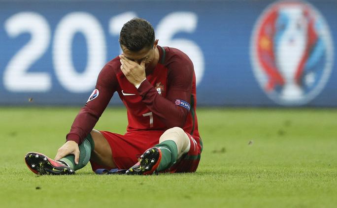Ban đầu, Ronaldo khóc sau khi chấn thương nặng, không thể tiếp tục thi đấu