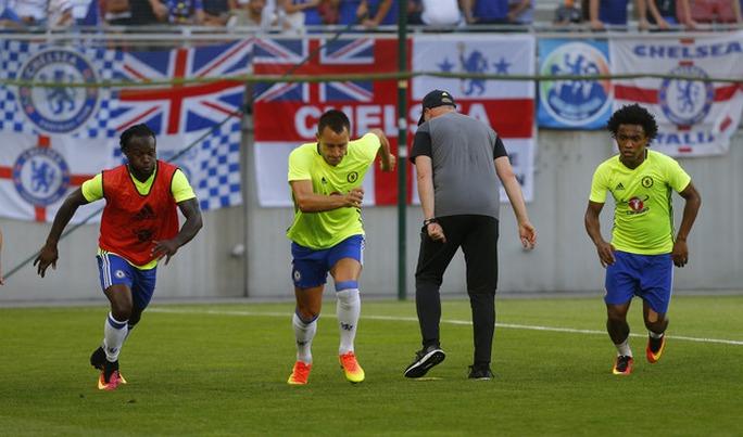 Các cầu thủ Chelsea tập luyện theo chiến thuật mới của HLV Conte