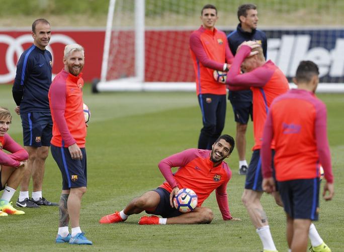 Xem sao Barcelona chơi bóng đá bong bóng