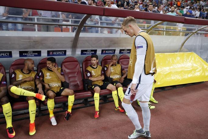 Thủ môn Joe Hart trở về băng ghế dự bị sau khi khởi động trước trận Man City gặp Steaua Buchares sáng 17-8