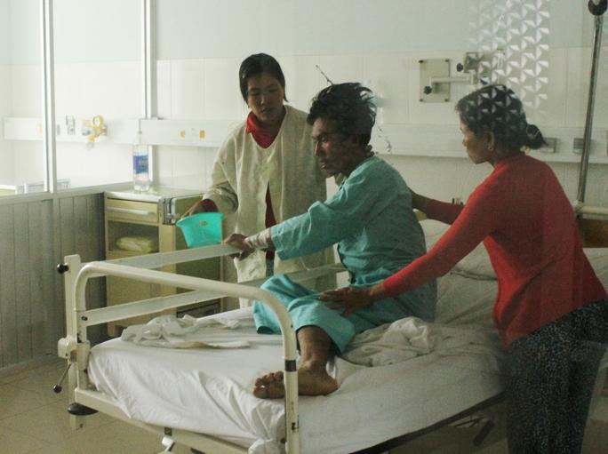 Nghi phạm Đặng Thanh Tài đang được điều trị tại Bệnh viện đa khoa tỉnh Khánh Hòa