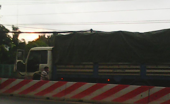 Tài xế xe tải BKS 54T.1590 dừng lại km 1942+300m Quốc lộ 1 ngay ngã ba Cầu Voi (thuộc ấp 6, xã Nhị Thành, huyện Thủ Thừa) để tè bậy bị dư luận phản ứng