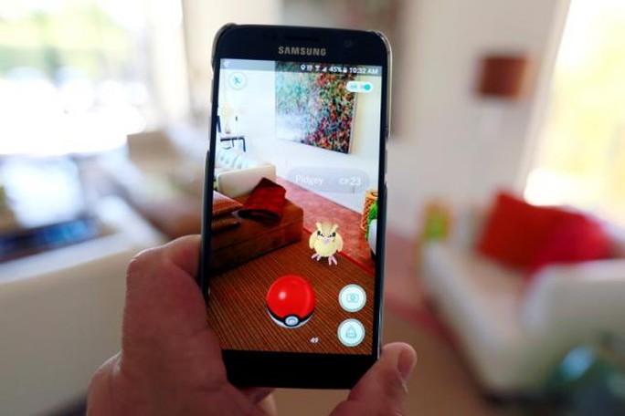 Người chơi dùng điện thoại săn bắt Pokemon. Ảnh: Reuters