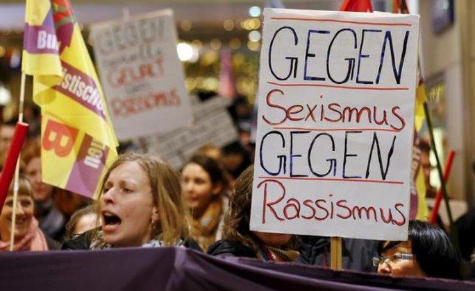 Khoảng 300 phụ nữ đã biểu tình tại TP Cologne - Đức phản đối vụ tấn công tình dục. Ảnh: Reuters