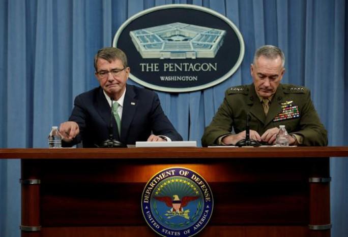 Bộ trưởng Quốc phòng Mỹ Ash Carter (trái) và ông Joseph Dunford, Chủ tịch hội đồng Tham mưu trưởng liên quân Mỹ (phải). Ảnh: Reuters