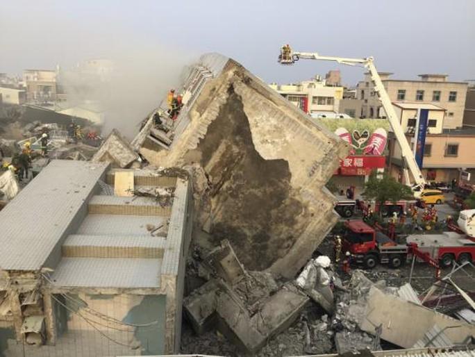 Tòa chung cư 17 tầng đổ sập. Ảnh: Reuters