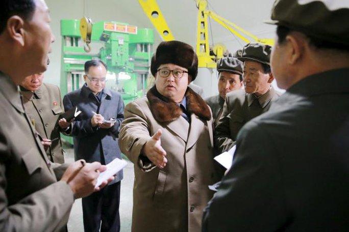 Lãnh đạo Triều Tiên thường xuyên giám sát các vụ thử tên lửa gần đây. Ảnh: Reuters