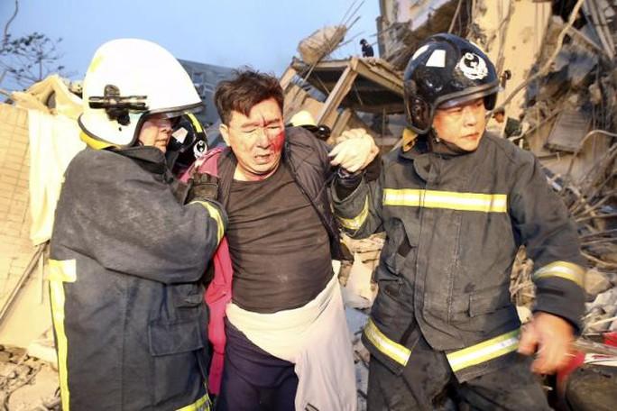 Cứu hộ giải cứu người gặp nạn. Ảnh: Reuters