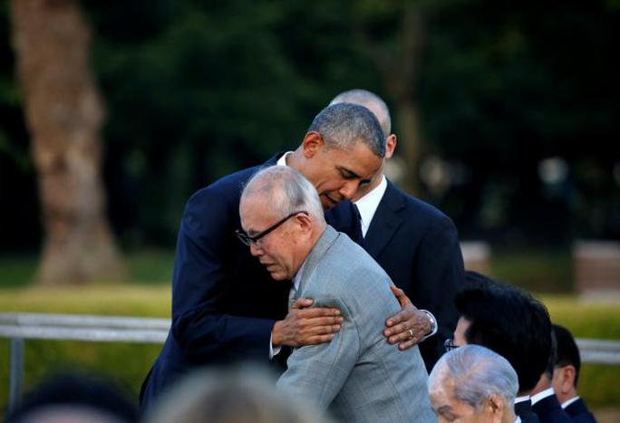 Tổng thống Obama ôm an ủi ông Mori. Ảnh: Reuters