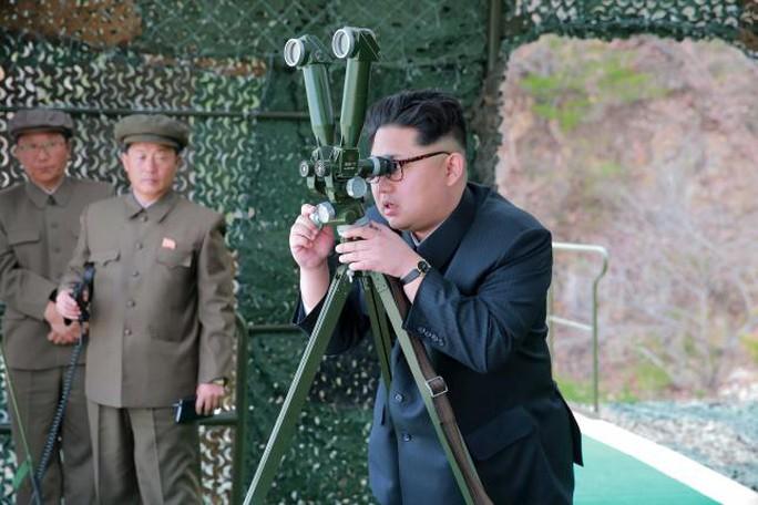 Lãnh đạo Kim Jong-un giám sát một vụ phóng thử tên lửa. Ảnh: Reuters